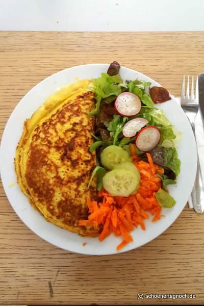 Gefüllter Pfannkuchen mit Spinat, Tomate und Feta und gemischtem Salat im Glashaus in Karlsruhe
