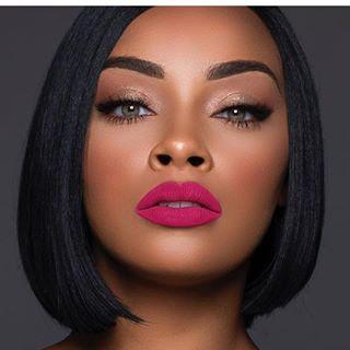 É importante saber fazer uma boa preparação de pele, pois além de cobrir as manchas na pele, realça a beleza natural da pele negra e morena. Saber qual melhor base para pele negra e fazer uma maquiagem passo a passo faz toda a diferença. O tipo de maquiagem para pele negra iluminada é sempre mais elaborada e linda. Saber como cuidar da pele negra do rosto antes da aplicação da maquiagem faz muita diferença. Essas dicas e ideias de maquiagem vão te inspirar.