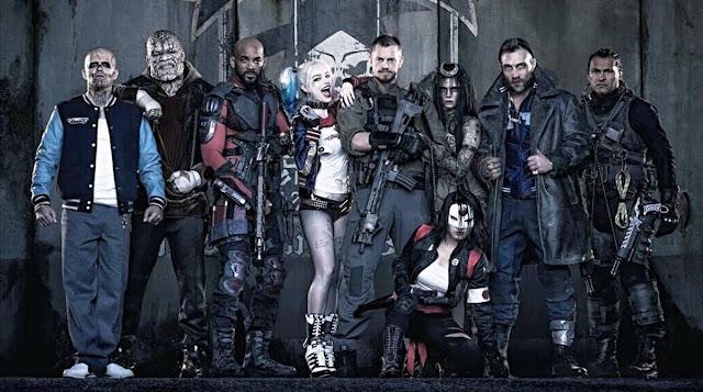 De izquierda a derecha: Diablo, Killer Croc, Deadshot, Harley Quinn, Rick Flag, Encantadora, Capitán Boomerang, Slipknot, y en sentada Katana. El escuadrón suicida al completo