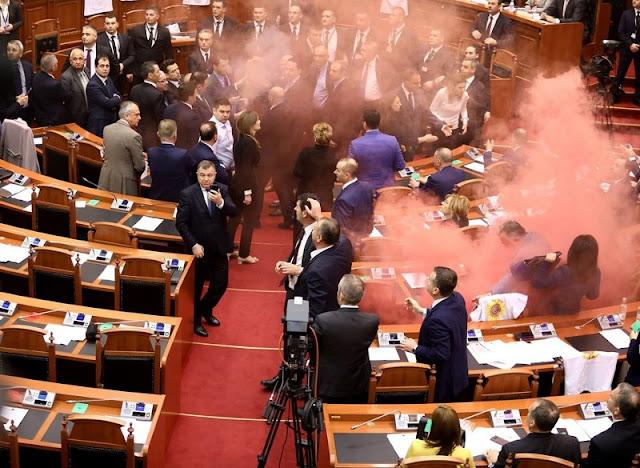Γήπεδο...η Αλβανική Βουλή - Βουλευτές ήρθαν στα χέρια και άναψαν καπνογόνα (βίντεο)