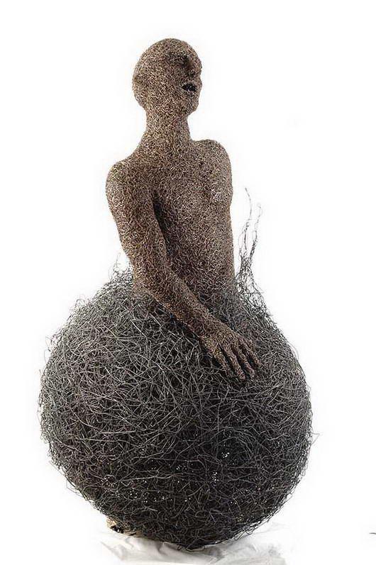patung terbuat dari baja