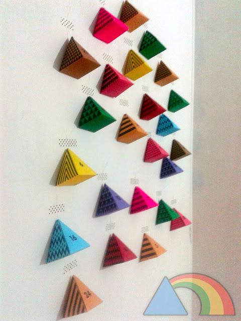Calendario de Adviento de pirámides de cartón