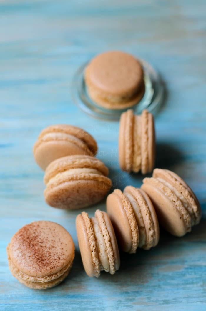 Macarons with apple jam