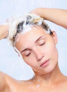 mulher bonita jovem lavando o cabelo