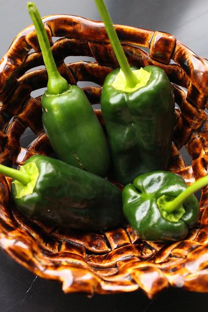 piments poblanos et jalapenos frais