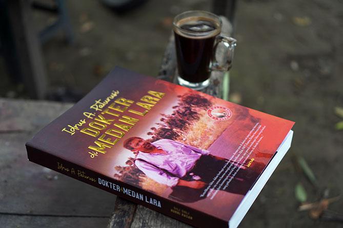Membaca buku Dokter di Medan Lara. Biografi tentang Prof. Idrus A. Paturusi