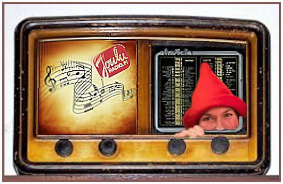 Vanha putkiradio, johon tuunattuna JouluRadion tunnus, musiikkia kuvaavia nuotteja sekä asemavalintapuolen nurkasta kurkistava tonttu.