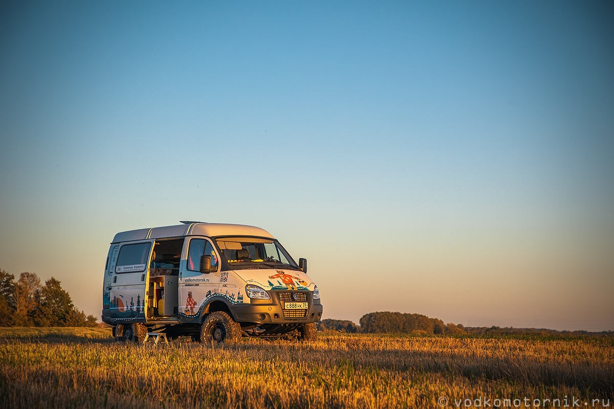 Кемпинг для автодома на поле