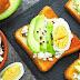 Torradas de requeijão, ovo e abacate, um café da manhã proteico e fit