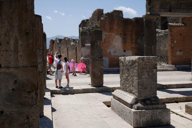 Pompei, turisti tra gli scavi