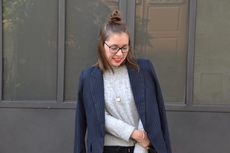 Tailleur veste bleu marine rayé blanc H&M, pull doux H&M,collier SeeMeOrg et l'atelier d'amaya