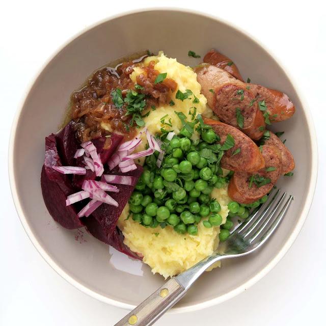 Kartoffelpüree-Bowl mit Zwiebelsauce, gebratenen Wurstscheiben, Erbsen mit Petersilie, Rote Bete mit Olivenöl, mildem Essig und roten Zwiebeln  | pastasciutta.de