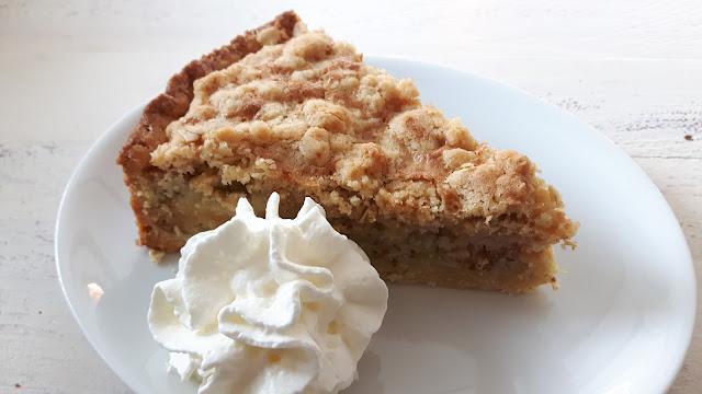 Rhabarberkuchen mit Sahne und Streuseln - Rezept