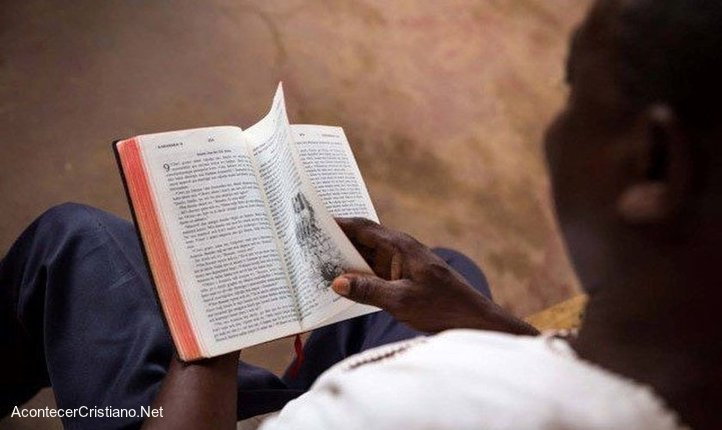 Ex musulmán leyendo la Biblia