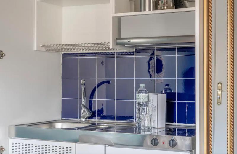Pequeña cocina modular en piso de alquiler turístico