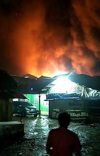 12 Pasukan Damkar Berjibaku Jinakkan Kobaran Api di Pasar Natal
