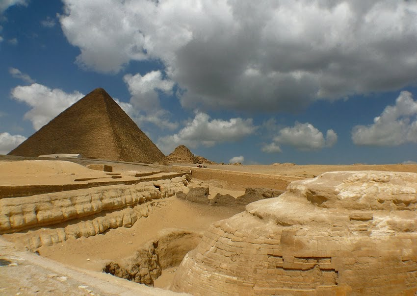 Egyptian pyramids and Great Sphinx of Giza and Cheops ...