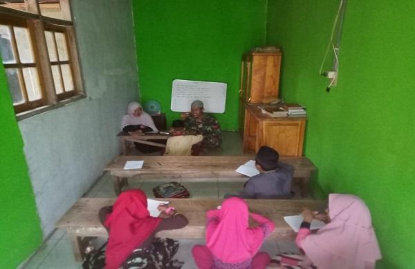 Program TMMD, Anggota Satgas TMMD 106 Kodim 1010/Rantau Mengajar Mengaji di TPA Darussalam Desa Suato Lama