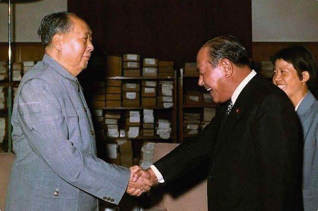 Primeiro ministro japonês Tanaka cumprimenta Mao Tsé-Tung. Após Nixon, os líderes dos países ricos foram abaixar a cabeça em Pequim