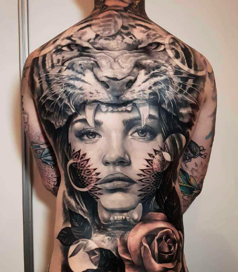 Vemos un tatuaje en blanco y negro de Mujer y Jaguar Amazónico