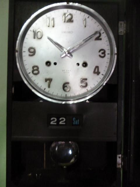 Mempunyai lubang dua sehingga berdentang setiap setengah jam dan setiap jam  sesuai angka. Buatan Jepang era akhir tahun `60 an. Dimensi 26 x 11 x 43 cm. e92b6a8c14