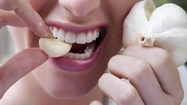 فوائد اكل الثوم على الريق لعلاج الأمراض والوقاية منها