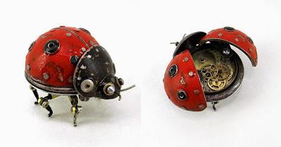 Catarina steampunk hecha con mecanismo de reloj y metal reciclado