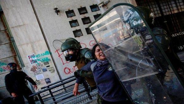 """Violencia de Carabineros contra mujeres en protestas de Chile: """"Dijeron que me iban a violar"""""""