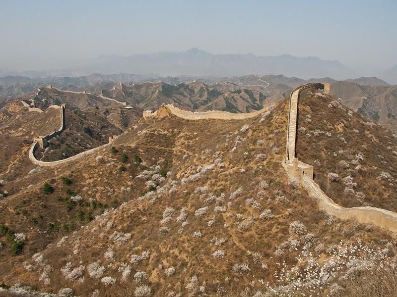 La Grande Muraille qui zigzague jusqu'à l'horizon