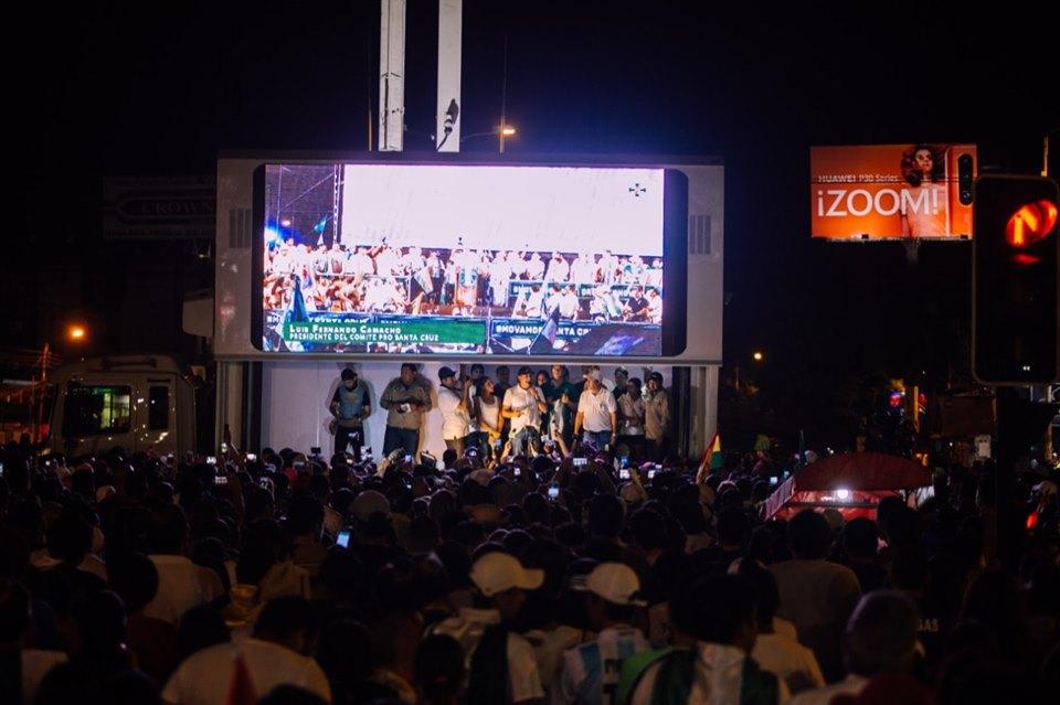Camacho fue recibido por los cruceños como un líder luego de su accidentado paso por el aeropuerto de El Alto / COMITÉ PRO SANTA CRUZ
