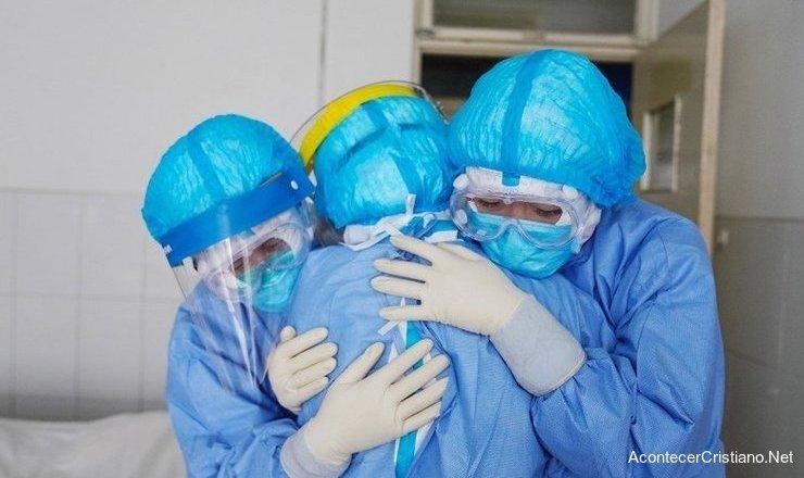Equipo médico combate el coronavirus en China