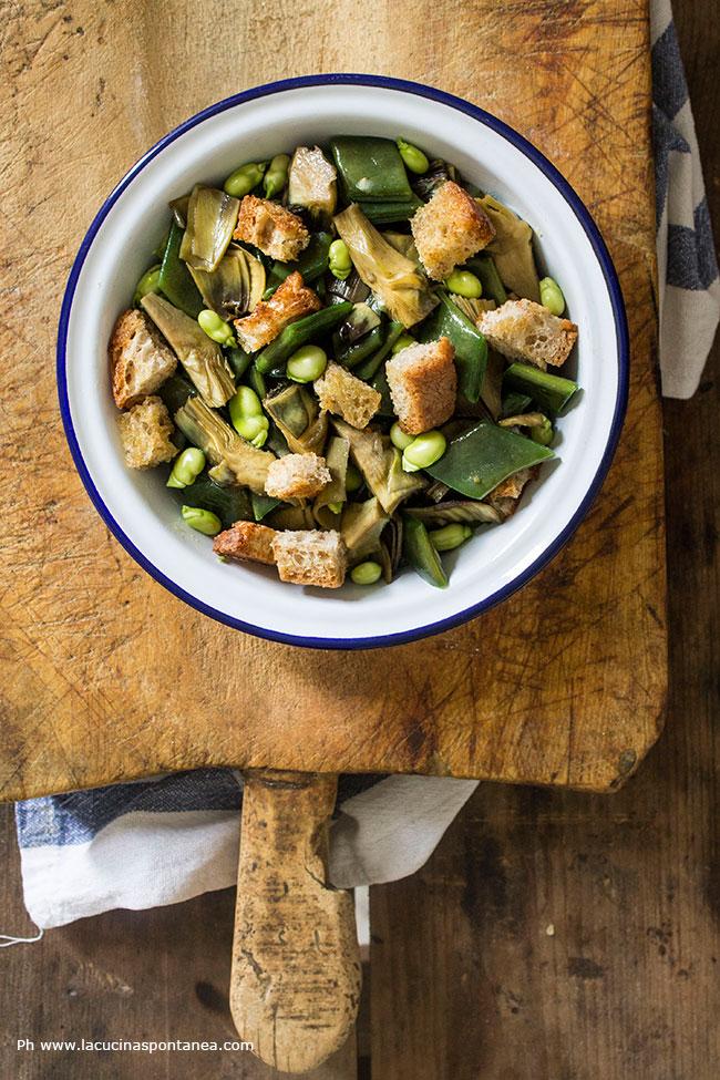 Piatto con insalata primaverile