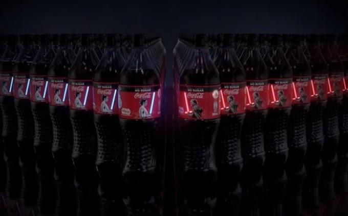 Cocacola saca una edición de botellas de Star Wars con espadas laser que se encienden de verdad