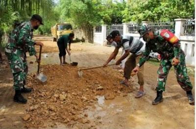 Prihatin Terhadap Kondisi Jalan Gampong, Ini yang Dilakukan Koramil Darul Imarah