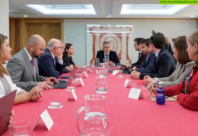 Los responsables de la compañía Iberia Express trasladan a Ángel Víctor Torres las expectativas de crecimiento del 18% en las plazas para este verano en Canarias