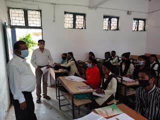 मानपुर विकासखण्ड की विभिन्न स्कूलों का जिला शिक्षा अधिकारी ने किया निरीक्षण