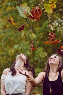 Wanita cantik sedang berbahagia dan percaya dirir