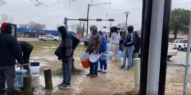 Texas residents line-up to fetch water from borehole amid power outage (Watch Video)