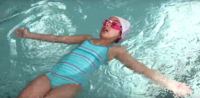 enfant à la surface de l'eau qui fait l'étoile de mer en équilibre