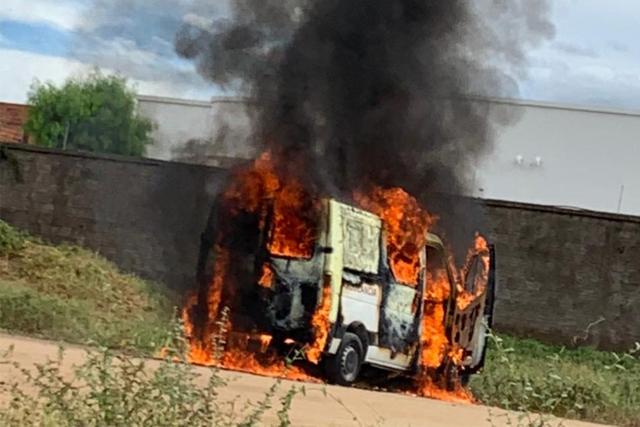 Ambulância de Caetité pega fogo nas imediações do Hospital do Rim em Guanambi
