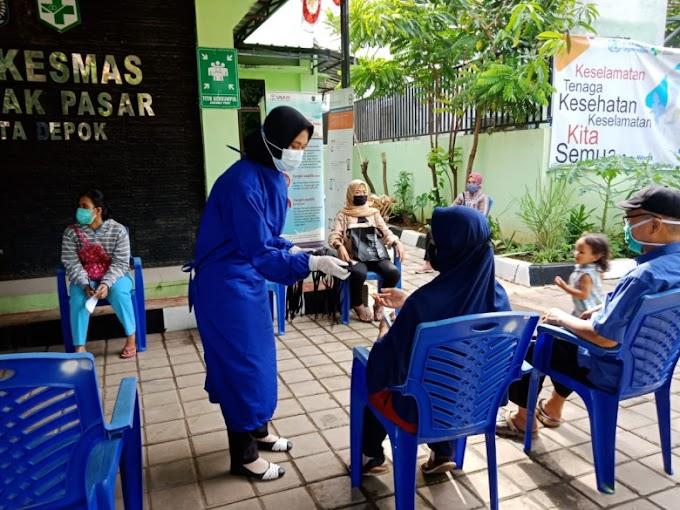 Kampanye  Gema 3M, Puskesmas Cisalak Pasar Bagikan Masker Gratis