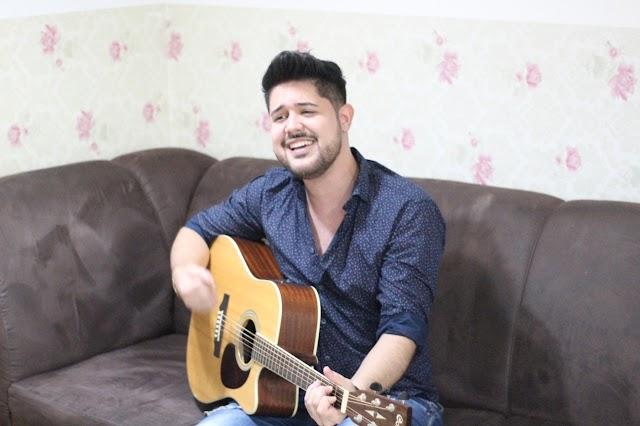 Cantor e influencer Rodrigo Villar revela como faz para se divertir e manter a saúde mental na quarentena