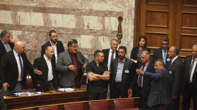 Κόκκινη χούντα κι αυτή της πλάκας: Αστυνομική εισβολή μέσα στη βουλή διέκοψε την λειτουργία της ολομέλειας. Παρέμεινε στην αίθουσα η Χρυσή Αυγή!