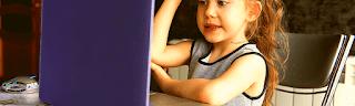 Petite fille apprenant, travail à distance, gagner argent en ligne en qualité de tuteur à distance