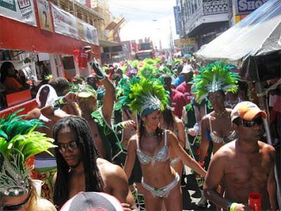 Groupe carnavalesque défilant dans la rue à Trinidad
