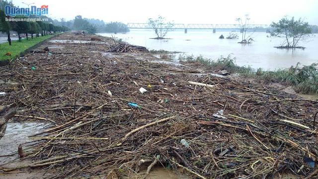 Quảng Ngãi Nước lũ rút đê bao Trà Khúc tràn ngập rác