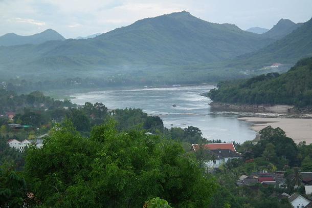 แม่น้ำที่ยาวที่สุดในโลก, แม่น้ำโขง มีต้นกำเนิดจากเทือกเขาหิมาลัย ไหลผ่านมณฑลชิงไห่ ประเทศจีน และบริเวณที่ราบสูงธิเบต ไหลลงสู่ทะเลจีนใต้ ผ่านประเทศจีน ประเทศลาว ประเทศพม่า ประเทศไทย ประเทศกัมพูชา และประเทศเวียดนาม มีความยาวทั้งหมด 4,880 กิโลเมตร พื้นที่ลุ่มน้ำ 795,000 ตารางกิโลเมตร
