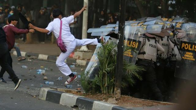 Adzan Berkumandang, Anak STM ke Polisi: Udah Pak, Udah Dulu Pak, Magrib!
