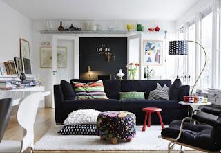 stanza con pareti e pavimento chiare immagine