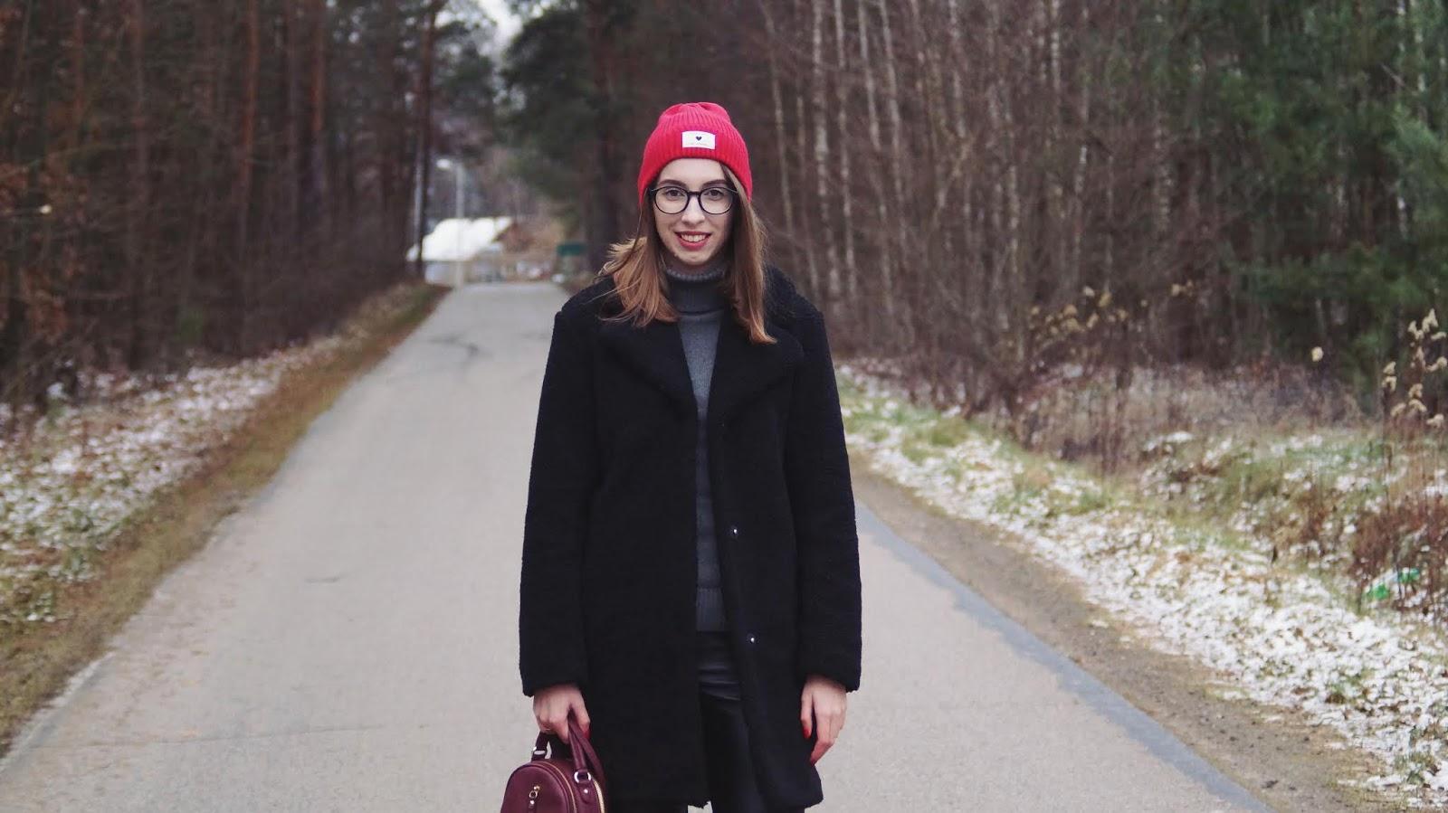 Good days are coming - zimowa stylizacja z barankiem Bonprix i czerwoną czapką